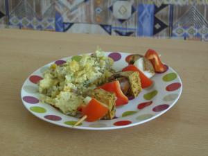 Tofu-Gemüse-Spieß mit Kartoffelsalat