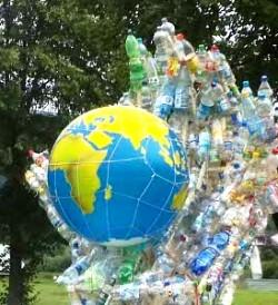 Plastikflaschen umhuellen Erde